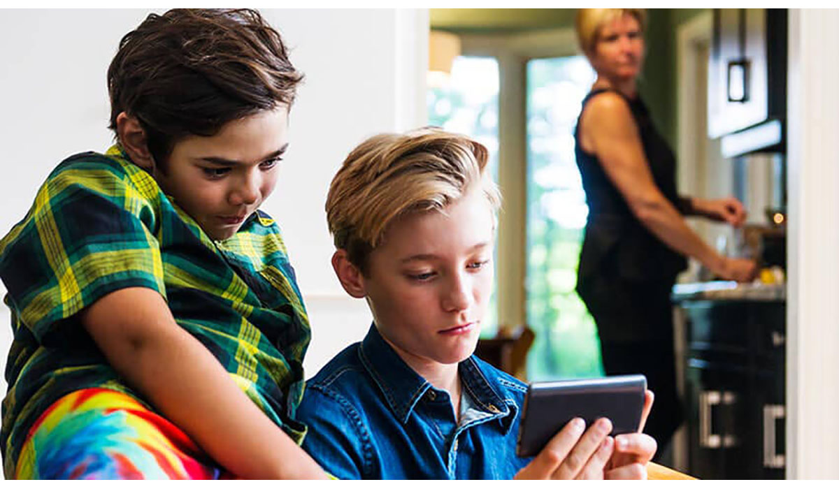 Parent Looking Concerned At Children Watching Phone Screen A Lot Gatewayextension
